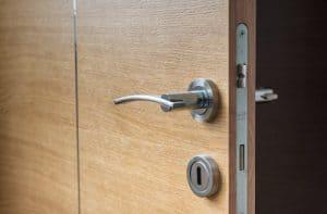 תיקון דלתות עץ ללא נזק